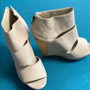 Messeca flesh colored wedged shoes